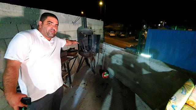 Owner of the meat smoker damaged by the shrapnel (Photo: Roee Idan)
