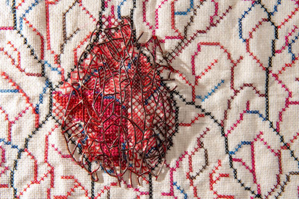 הפרויקט של קינאנה איברהים. בהשראת עבודת הרקמה המסורתית המעטרת את שמלות הנשים הדרוזיות, כשהמוטיב המרכזי הוא הלב (צילום: המכון לאמנויות תל-חי)