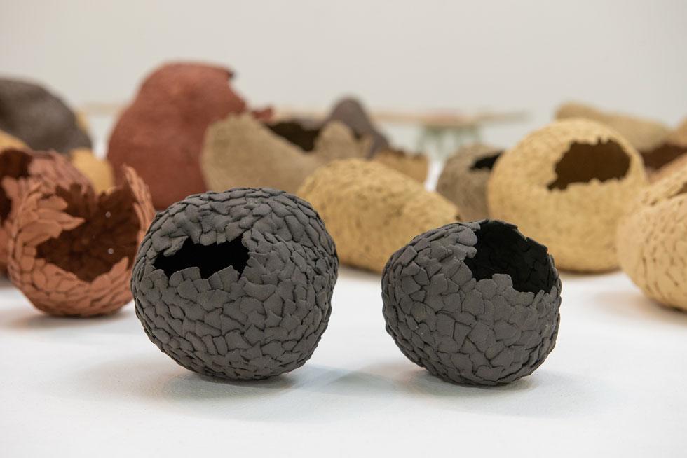 הפרויקט של נריה זהבי החל ברעיון ליצור קונכיות קרמיקה קלועות, שישמשו ''צימרים לציפורים''. בסופו של תהליך העבודה התפתחו צורות מורכבות ובתים מופשטים יותר (צילום: המכון לאמנויות תל-חי)