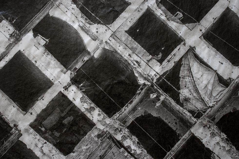 ודנה חנין (שנקר) הפכה את עפיפוני התבערה לקנבס טקסטואלי וחזותי, שמביע את הבעיה במלוא עוצמתה (צילום: אחיקם בן יוסף)