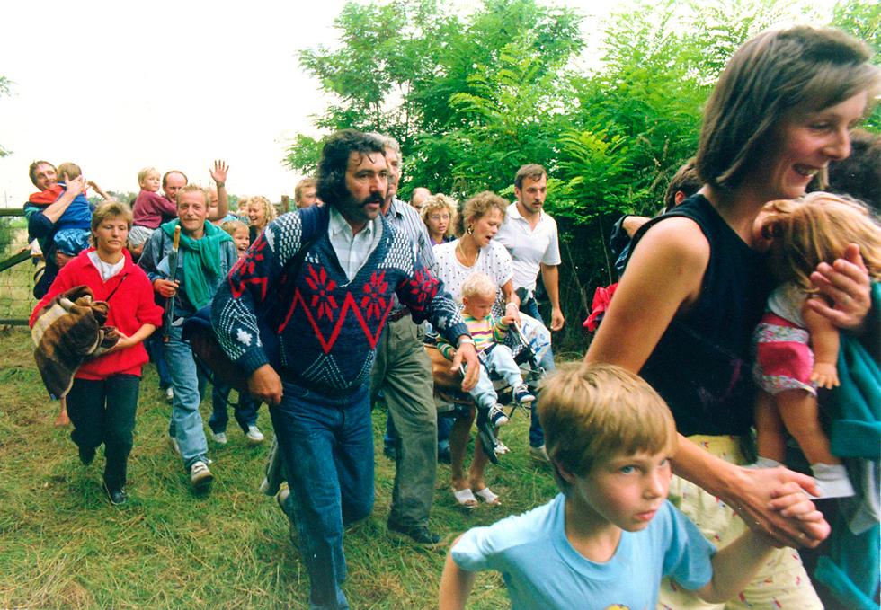 30 שנה לנפילת מסך הברזל מזרח גרמנים חוצים את הגבול מ הונגריה ל אוסטריה (צילום: AP)