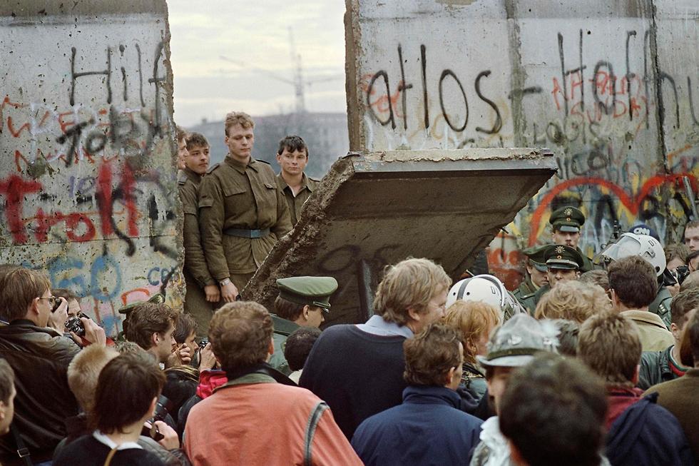 נפילת חומת ברלין נובמבר 1989 גרמניה (צילום: AFP)