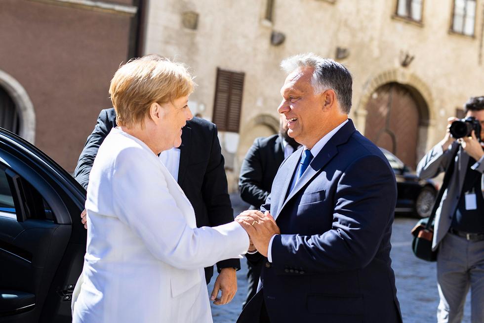 ויקטור אורבן ו אנגלה מרקל פגישה בעיר שופרון הונגריה (צילום: EPA)