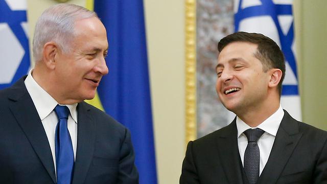 חתימה על הסכמים והצהרות משותפות לתקשורת - בנימין נתניהו ווולודימיר זלנסקי (צילום: AP)