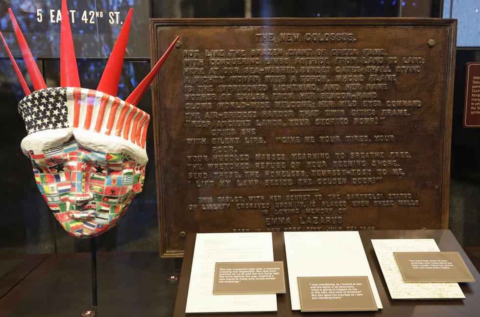 השיר של אמה לזרוס כפי שהוא מופיע במוזיאון החירות בניו יורק, ליד הפסל. בהחלט לא מתייחס לאירופאים בלבד (צילום: AP)