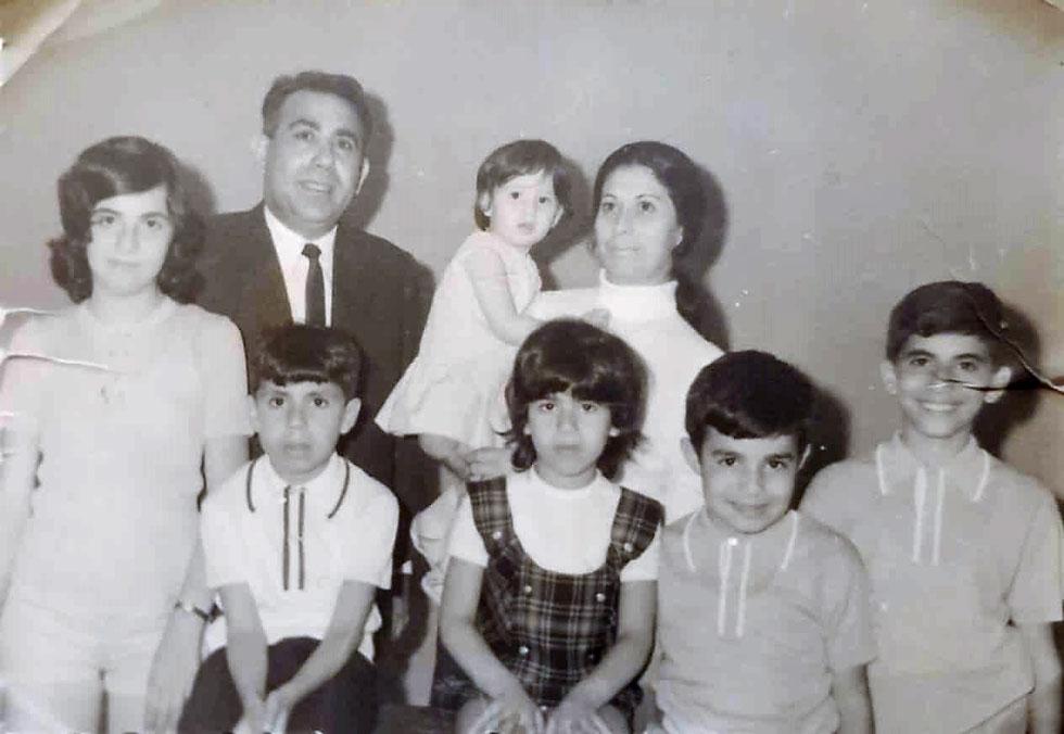 """קסטרו (מלפנים, במרכז) עם ההורים והאחים לפני העלייה לארץ. """"ההורים החליטו לחנך את ילדיהם במדינת ישראל"""" (צילום: אלבום פרטי)"""