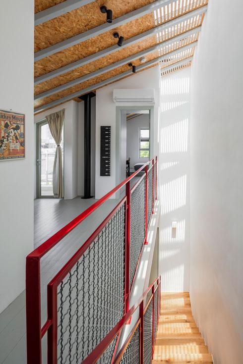 חלון הסקיי-לייט מעל המדרגות ''מחבר את הבית לשעות היום ולעונות השנה'' (צילום: עוזי פורת)