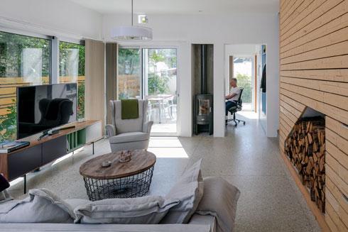 מהסלון ניתן לצפות אל החצר האחורית ואל חדר העבודה (צילום: עוזי פורת)
