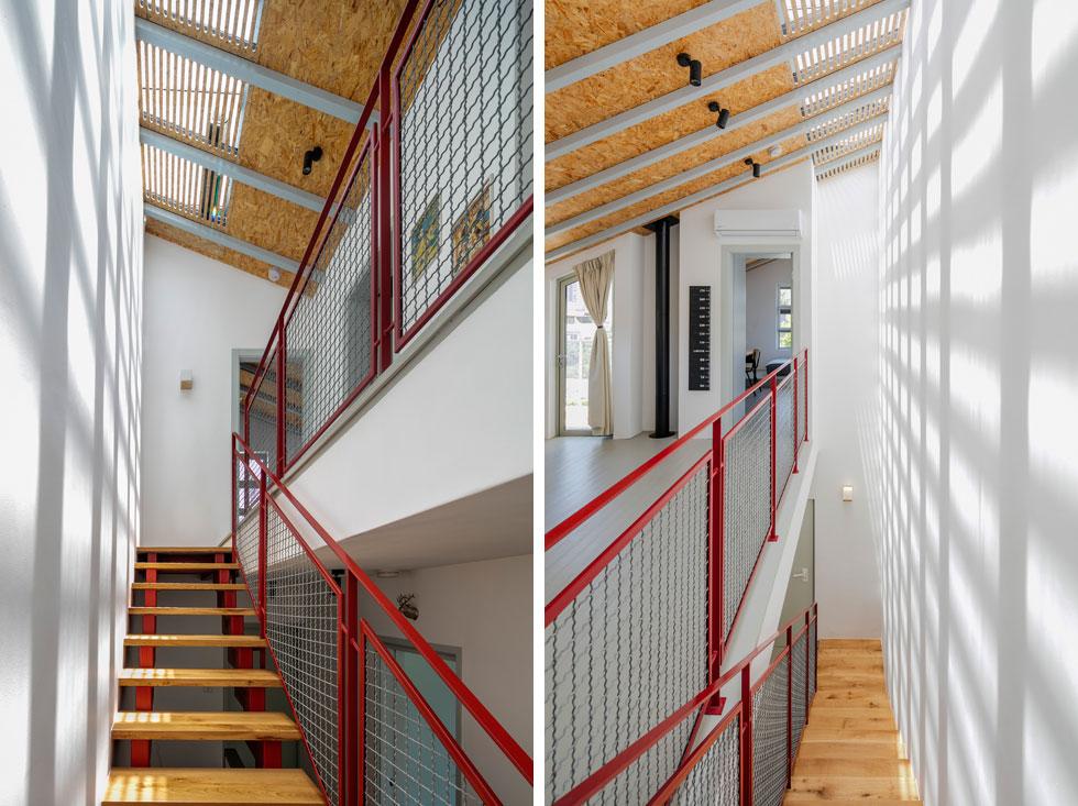 """בדרך אל קומת הילדים שמתחת לגג. המעקות עשויים רשת ברזל במסגרת אדומה, המדרכים עשויים עץ ועל התקרה לוחות OSB . """"החומרים הטבעיים"""", אומר האדריכל, """"נותנים תחושת חמימות""""  (צילום: עוזי פורת)"""
