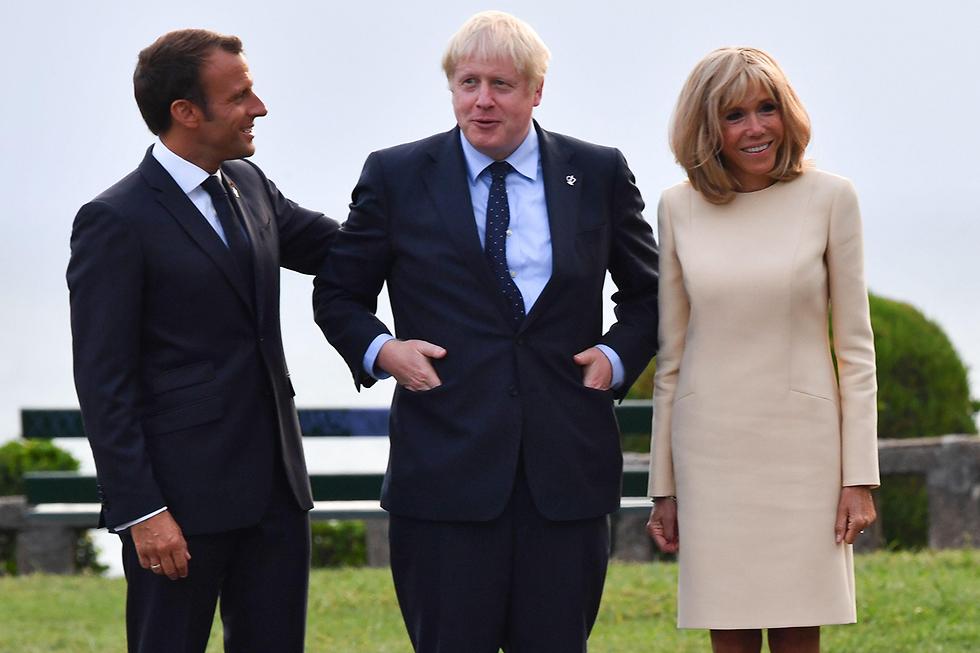 ראש ממשלת בריטניה בוריס ג'ונסון עם נשיא צרפת עמנואל מקרון פסגת G7 ביאריץ צרפת (צילום: AFP)