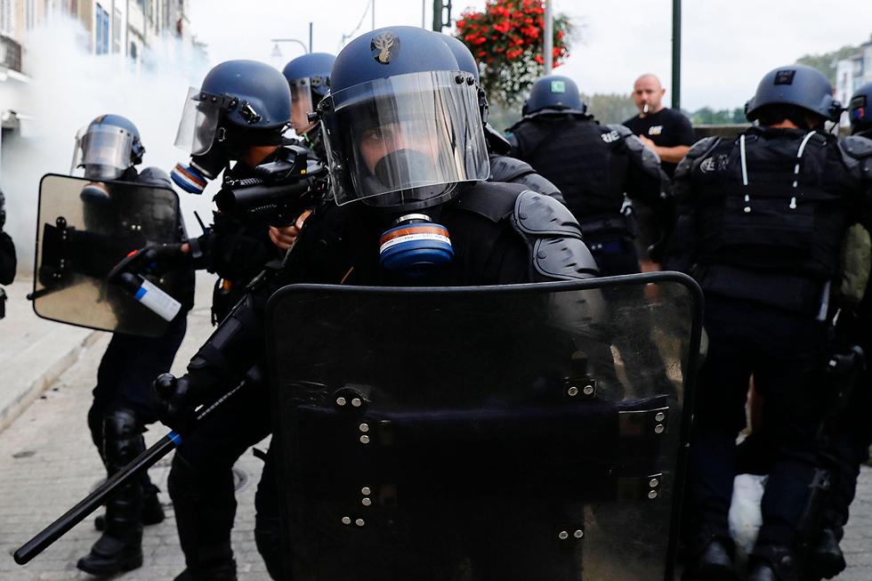 מפגינים נגד גלובליזציה פסגת G7 ביאריץ צרפת (צילום: AFP)