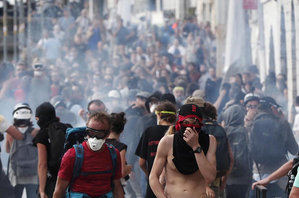 מפגינים נגד גלובליזציה פסגת G7 ביאריץ צרפת (צילום: EPA)
