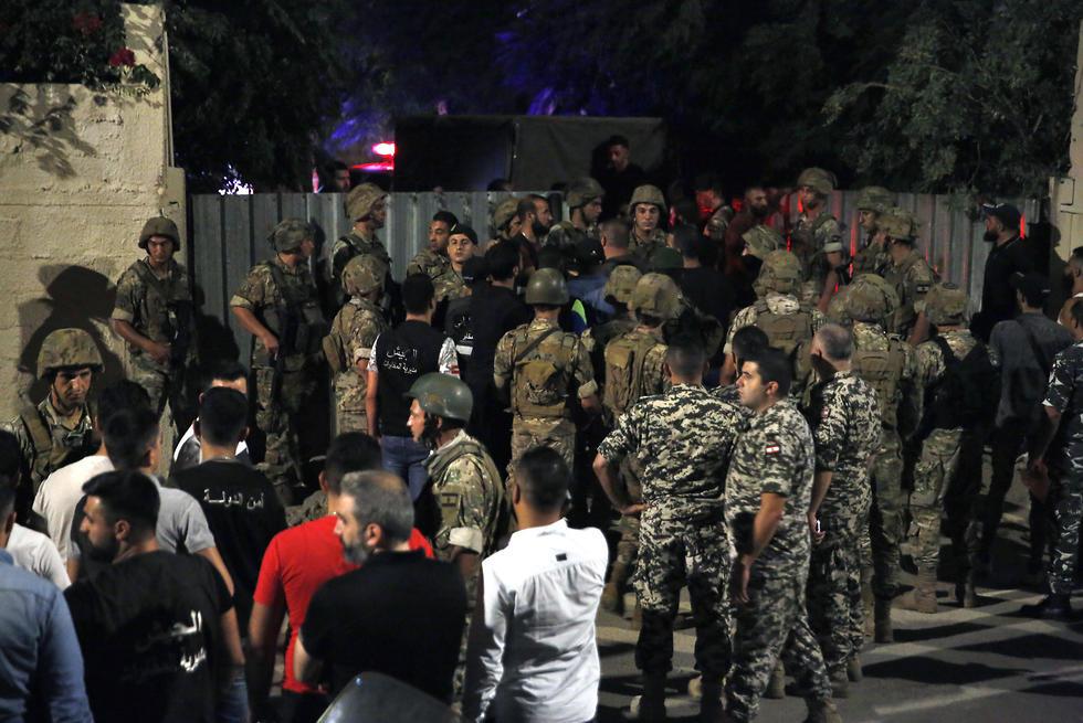 כוחות ביטחון באזור שבו דווח על התרסקות רחפנים ישראליים מדרום לביירות (צילום: AP)