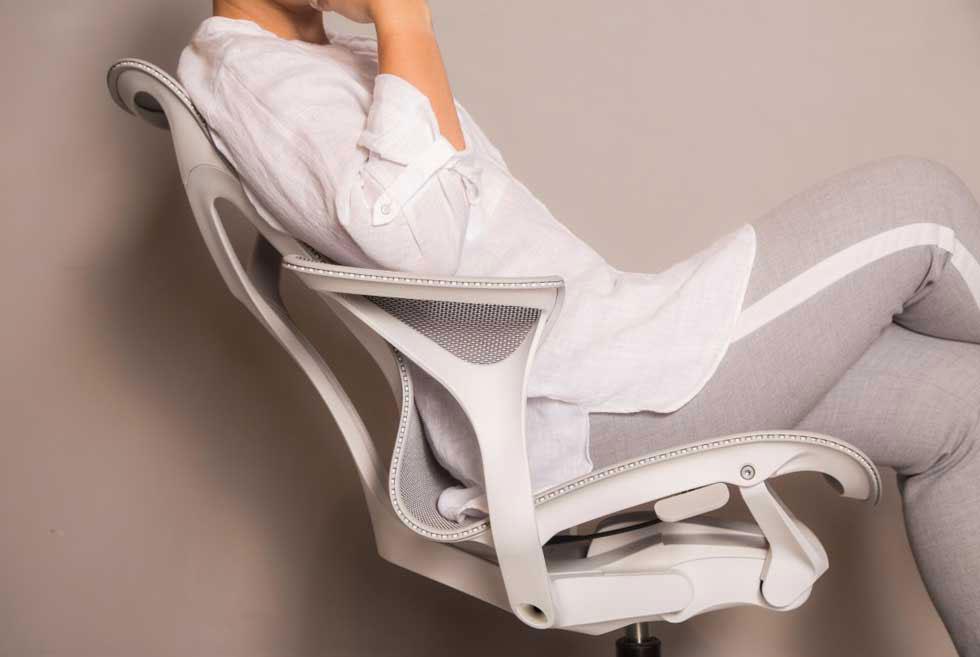הרשת שעוטפת את משענת הגב והמושב מחוברת למסגרת הכיסא בצורה רציפה, ללא תפרים ובמצב מתוח לחלוקת לחצים שווה (צילום: אלי בוחבוט)