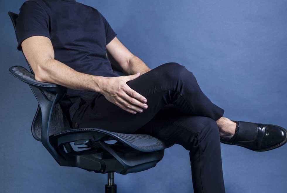 בניגוד לכיסאות שמכתיבים ליושב את זווית ההטיה, COSM מעמיד את האדם במרכז (צילום: אלי בוחבוט)