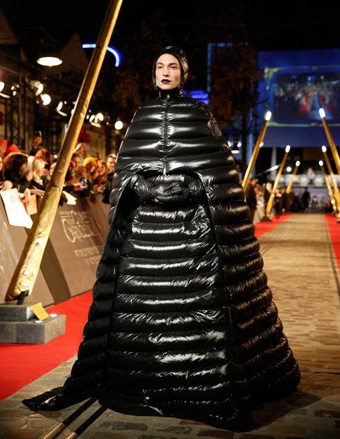 """בגלימת שמלה מפוך להקרנת הבכורה של הסרט """"חיות הפלא: הפשעים של גרינדלוולד"""" בפריז (צילום: AP)"""
