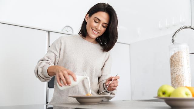 אישה אוכלת ארוחת בוקר קוואקר בריאות שיבולת שועל טעים מזין  (צילום: shutterstock)