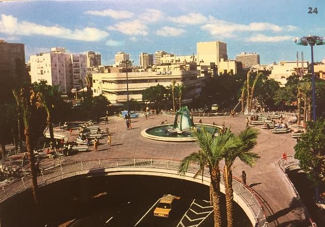 Один из видов площади в прошлом. Фото с выставки: братья Сорег