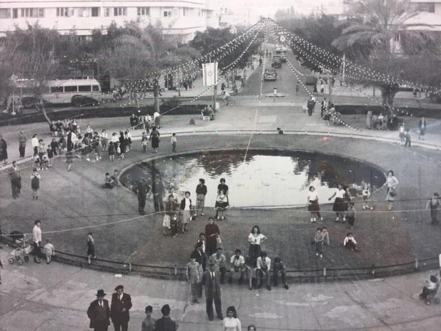С момента своего создания площадь стала культурным центром для тельавивцев. Фото с выставки: братья Сорег