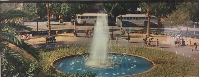 В центре площади всегда был фонтан. Фото с выставки: братья Сорег