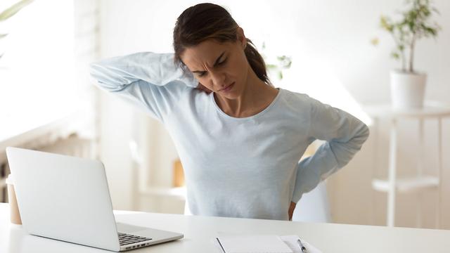 כאבים מסכים כאבי גב פרקים שימוש ממושך (צילום: shutterstock)