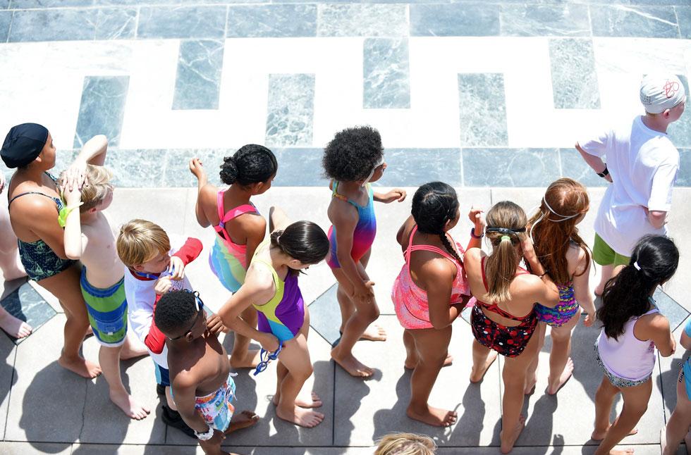שיעור שחייה בקליפורניה. איך הם לא פוחדים? (צילום:  Emma McIntyre/GettyimagesIL)