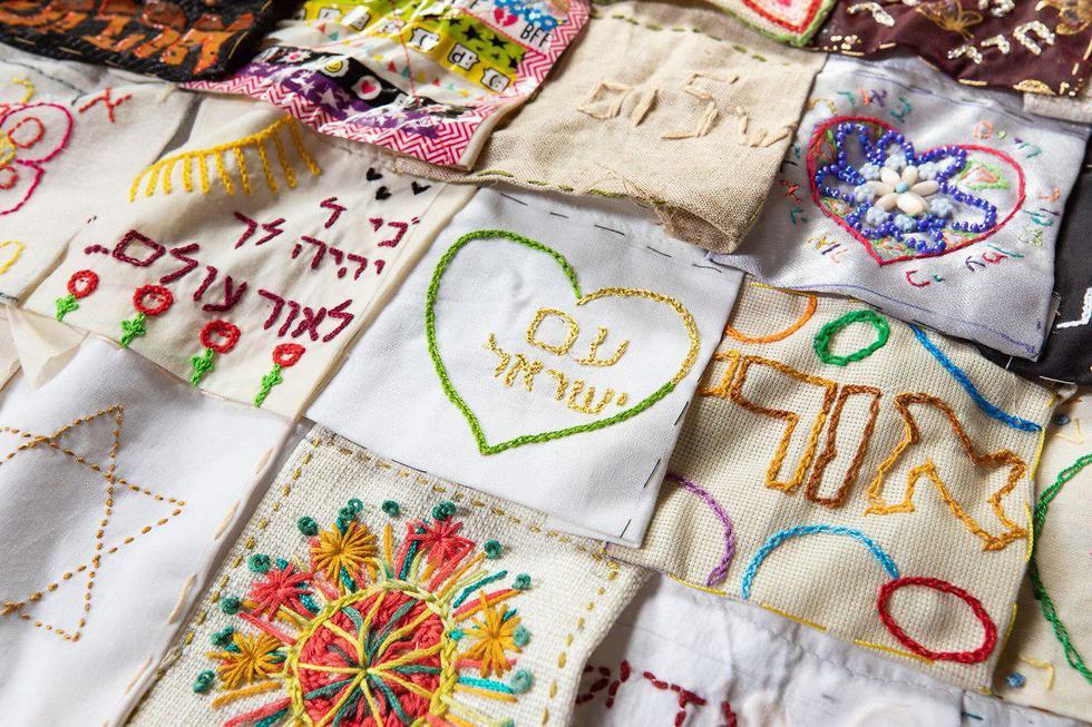 נשים רקמו רקמות יריעה לזכרה של אורי אנסבכר  (צילום: ברוך גרינברג)
