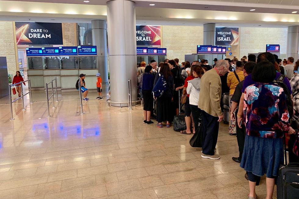 מצאו את ההבדלים: מימין דלפקי החתמת הדרכונים לבעלי דרכון ישראלי. משמאל לדרכונים זרים (צילום: שירי הדר)