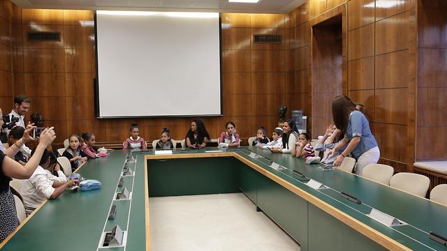 התלמידים באולם בו היתה ישיבת הממשלה הראשונה ()