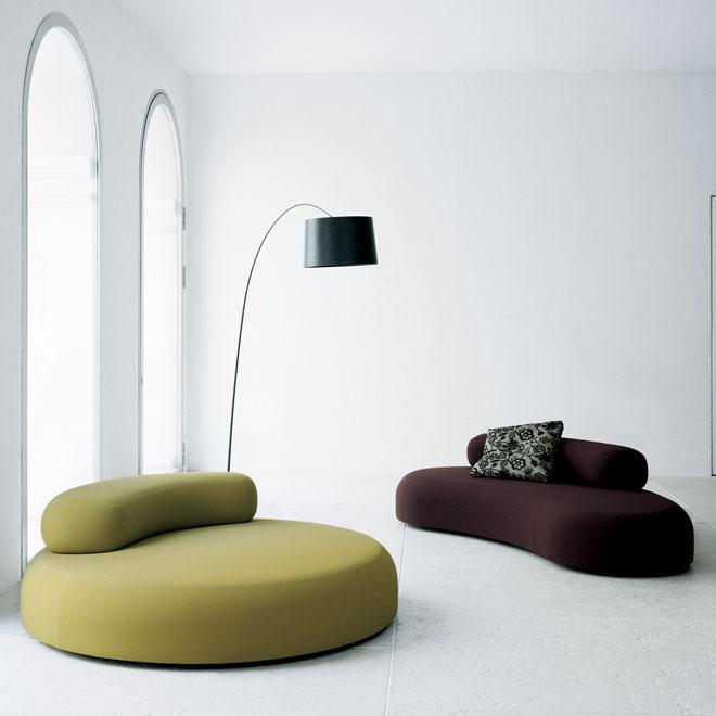 ספה מעוגלת תתפוס יותר מקום, אך גם יותר תשומת לב. ''הביטאט''