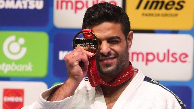 Sagi Muki holds up his gold medal at the World Championships in Tokyo (Photo: Oren Aharoni)