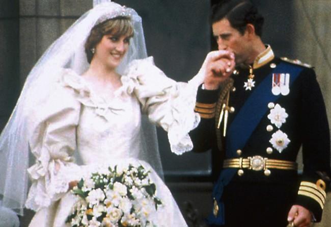 ביום חתונתם. הנסיך צ'רלס והנסיכה דיאנה (צילום: AP)