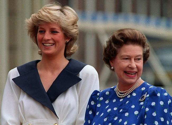 """""""אמרתי לך להיות בשקט"""". המלכה אליזבת ודיאנה (צילום: AP)"""