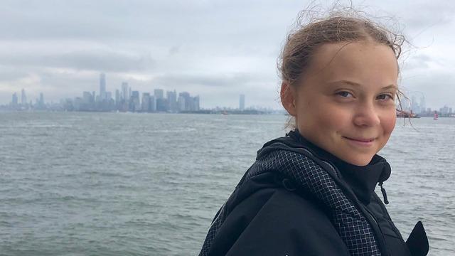 גרטה טונברג על רקע מנהטן (צילום: מתוך דף הטוויטר של גרטה טונברג)