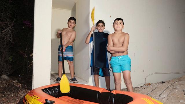 Children swimming in Netiv Ha'Asara take cover from rocket fire from Gaza (Photo: Avi Rokah)