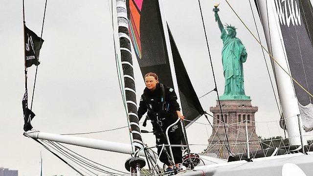 גרטה טונברג ליד פסל החירות (צילום: מתוך דף הטוויטר של גרטה טונברג)
