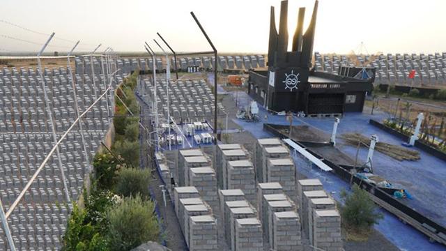 The memorial before being demolished (Photo: PixelHELPER  )