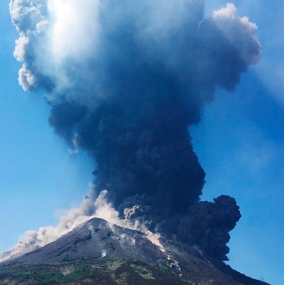 הר געש התפרצות געשית של סטרומבולי ב איטליה  (צילום: AP)