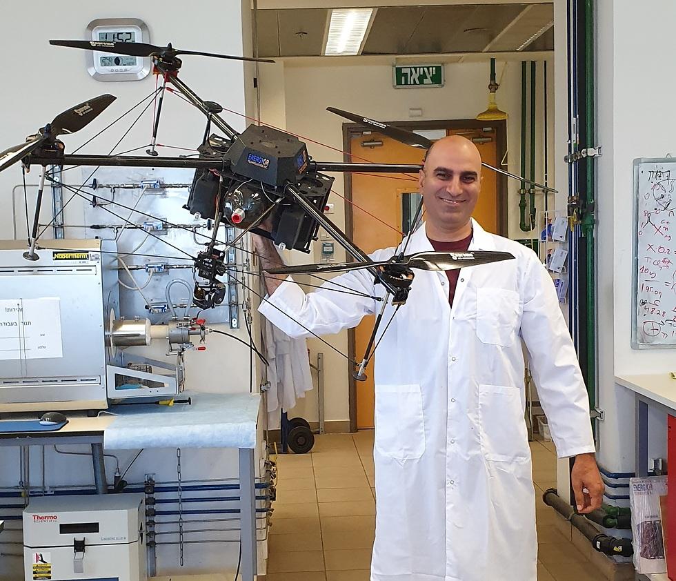 פרופ' ליאור אלבז עם רחפן במעבדה ()
