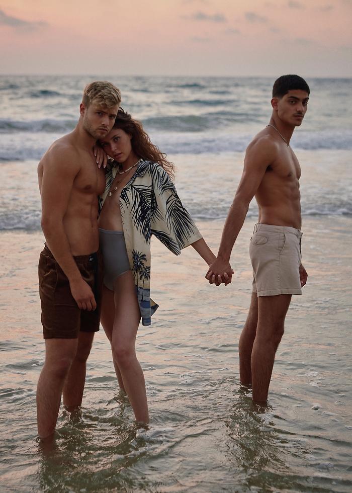 בגד ים תחתון We Must Shop מכנסיים חומים Outside Society מכנסי בז׳ Tommy Hilfiger חולצה מכופתרת Zara (צילומים: לירן מור)