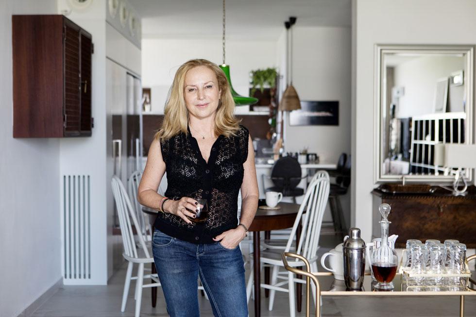 ליאורה איזנשטיין בדירה המשופצת. ''אמא שלי, לעומתי, אהבה מאוד סגנון מודרני, היא לא היתה אגרנית ולא סנטימנטלית. היא אהבה להסתכל תמיד קדימה. דווקא אני זו שמסתכלת לאחור'' (צילום: שירן כרמל)
