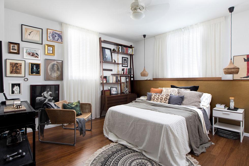 חדר השינה של איזנשטיין, עם ספריית וינטג' מלאה במזכרות, קיר צילומים משפחתיים וגב מיטה מודגש, המתאים לאווירה (צילום: שירן כרמל)