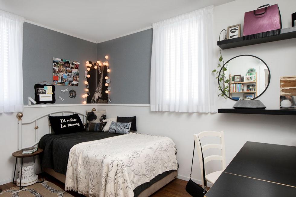 חדרה של הבת (22) עוצב יחד עמה. בנישה שהותאמה במיוחד הותקן ארון הבגדים של סביה. ''אני זוכרת את עצמי יושבת על המיטה ומסתכלת עליהם מתלבשים לקראת יציאה'', מספרת האם. ''עיצוב בעיני זה לא רק עניין של יפה או לא יפה'' (צילום: שירן כרמל)