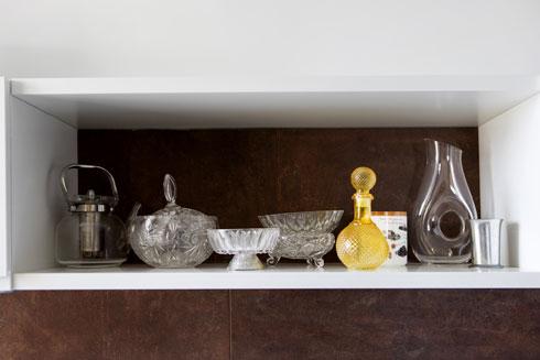 אוסף של כלי וינטג' במטבח (צילום: שירן כרמל)