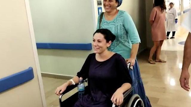 נעם נביס אשר נפצעה בפיגוע דריסה בגוש עציון משתחרתת מבית החולים (צילום: דוברות הדסה עין כרם)