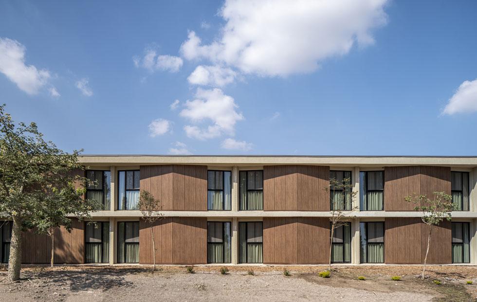 מבני המגורים של החיילים הבודדים בקמפוס ''הביתה'' בקיבוץ שדה אליהו, בתכנון ''תים אדריכלים''. מזכיר מוטל אמריקאי, ולא במקרה (צילום: סטודיו יואב פלד)