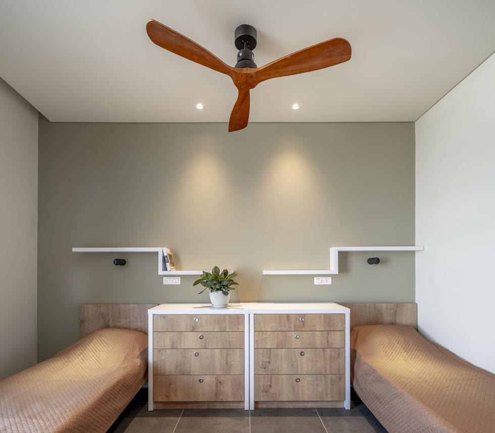 חדר לדוגמה. שני דיירים בכל חדר, שהוא מרווח יחסית (30 מ''ר) במידה שצריך להתאמץ להוציא אותם החוצה (צילום: סטודיו יואב פלד)