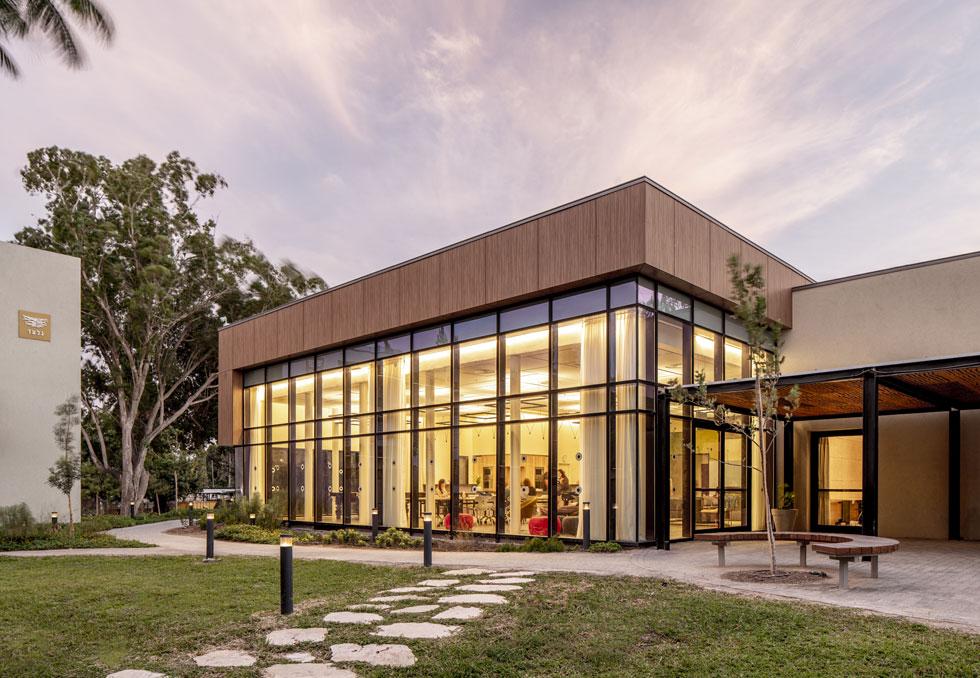 המבנה המרכזי של הקמפוס מאכלס את כיתות הלימוד של האולפן לעברית ואת המועדון (צילום: סטודיו יואב פלד)