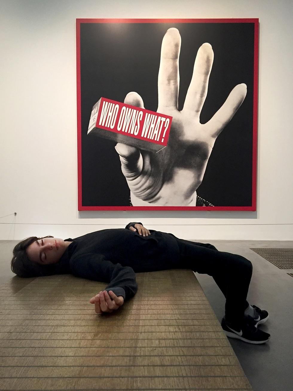 איריס נשר, ארי במוזיאון טייט מודרן לונדון מול עבודה של ברברה קרוגר, 2016 ()