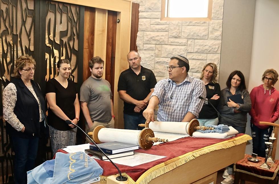 Rabbi Erik Uriarte of Congregation Beit Aaaron in Billings explaining Torah to teachers at the TOLI seminar (Photo: Harry D. wall)